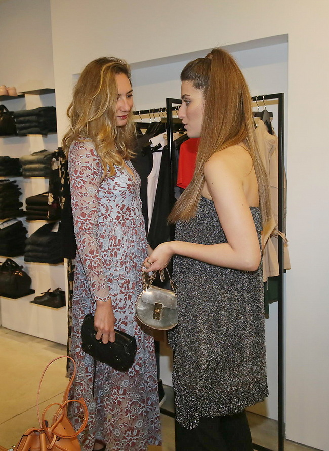 הלבטים הקשים בחנות בגדים. דנה זרמון ומיכל אנסקי (צילום: שוקה כהן )