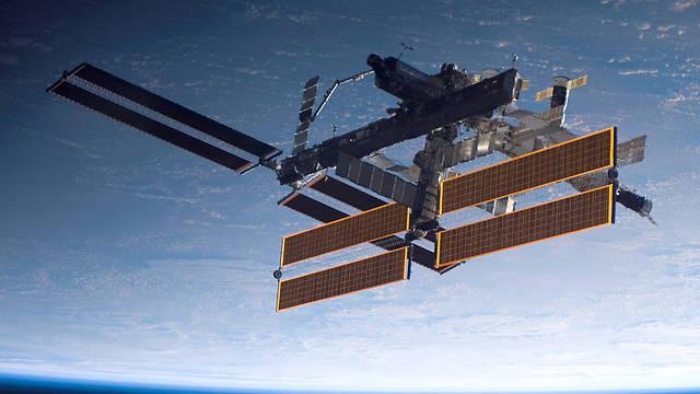 """מאוישת ברציפות כבר כמעט 17 שנה ומתיישנת במהירות. תחנת החלל הבינלאומית בצילום מהמעבורת אטלנטיס ב-2006 (צילום: נאס""""א)"""