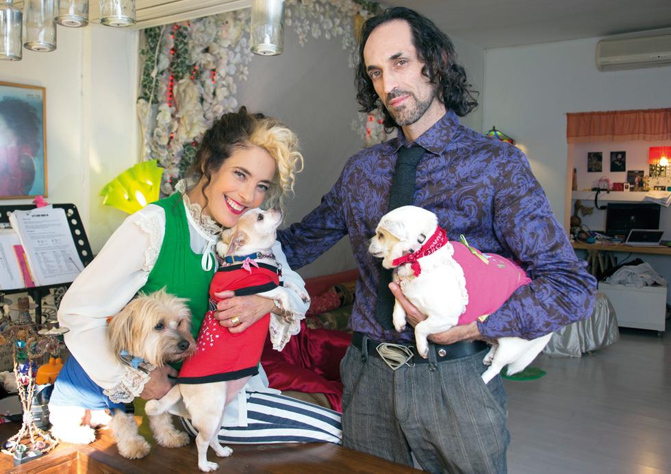 פז מושקוביץ עם בעלה מקס גן־זך ושלושת כלביהם. כבר בפגישה הראשונה הוא שמע שבגלל הדיאליזה היא לא תלד (צילום: אביגיל עוזי)
