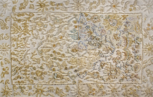 לידיה שרת מסד עמלה על תבליט קיר מנייר, שמבוסס על שטיח פרסי מבית ילדותה (צילום: הדר סייפן)