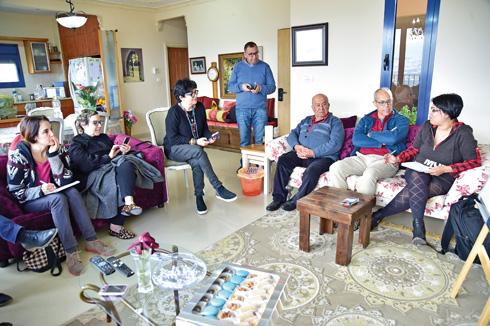 ישיבה משפחתית עם היועצים (צילום: סנא דגש)