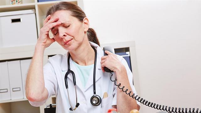 התחושה היא שקשר עין עלול להסיח את הרופאים משטף הפעולות המאיים להטביע אותם (צילום: shutterstock)