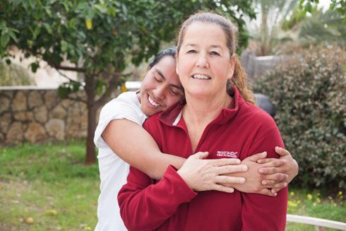 """עם האם מירי. """"היום אני מודה להורים שלי על הבילוש ועל החקירות. אני חושב שכך הורים צריכים להתנהל"""" (צילום: גל חרמוני)"""