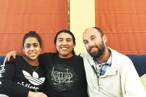 מאיק עם האחות גאלה ועם יעקב, שלא אומץ רשמית אבל הפך לחלק מהמשפחה (צילום: אלבום פרטי)