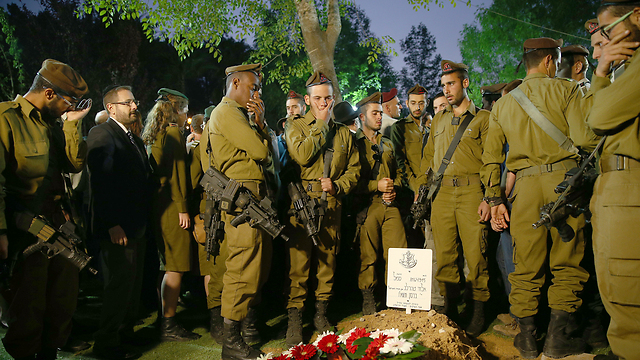Golani soldiers stand at Teharlev's grave shortly after his interment (Photo: Ohad Zwigenberg)