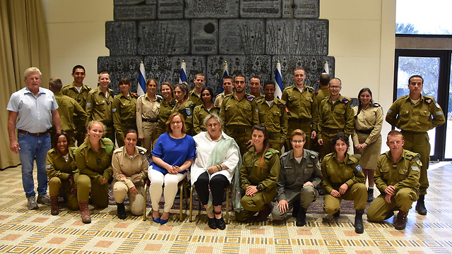 Lone soldiers with Nehama Rivlin, the wife of President Reuven Rivlin, and Hannah Eisenkot, the wife of then-IDF chief Gadi Eisenkot  (Photo: Tomer Raichman)