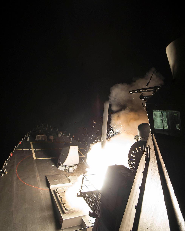 ספינה אמריקנית יורה טיל טומהוק לעבר בסיס חיל האוויר בחומס, הלילה (צילום: רויטרס) (צילום: רויטרס)