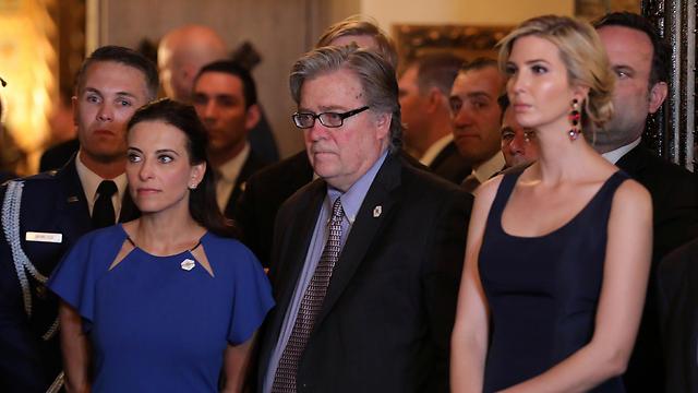 בזמן נאום טראמפ: בתו איוונקה, היועץ הבכיר סטיב בנון וסגנית המועצה לביטחון לאומי דינה פאוול (צילום: רויטרס)