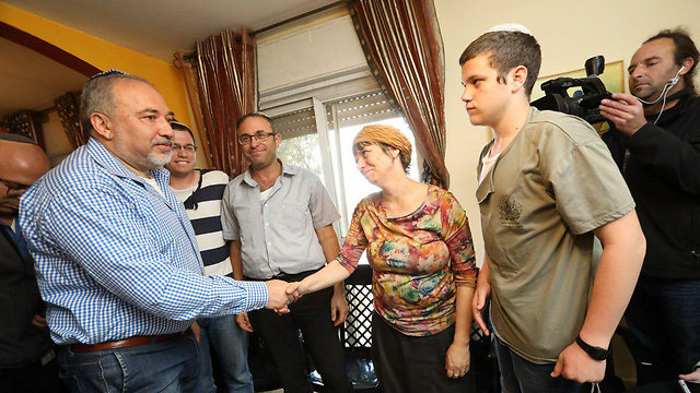 Avigdor Lieberman shakes the mother's hand (Photo: Shaul Golan)