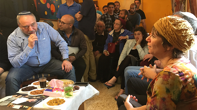 Avigdor Lieberman sitting with the family (Photo: Gil Yohanan)