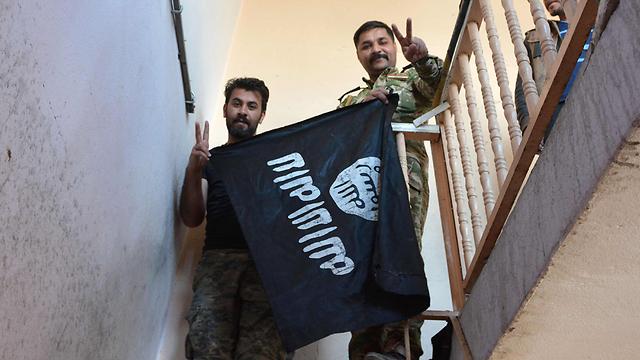 דגל דאעש במוסול (צילום: AFP) (צילום: AFP)