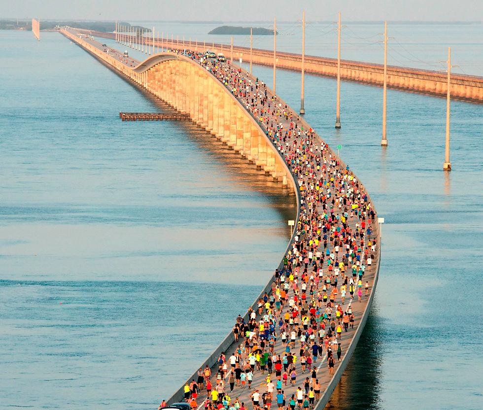 """1,500 רצים השתתפו בתחרות """"ריצת גשר שבעת המיילים"""" בפלורידה. התחרות נוסדה בשנת 1982 כדי לציין את השלמת התוכנית הפדרלית לבניית """"גשר שבעת המיילים"""" ועשרות גשרים נוספים בפלורידה קיז, קבוצת איים במדינה הדרומית (צילום: AFP, Florida Keys News Bureau)"""