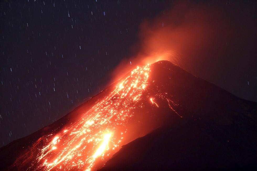 לבה נפלטת מהר הגעש פואגו שבגואטמלה בהתפרצות השלישית של ההר בשנה האחרונה (צילום: EPA)