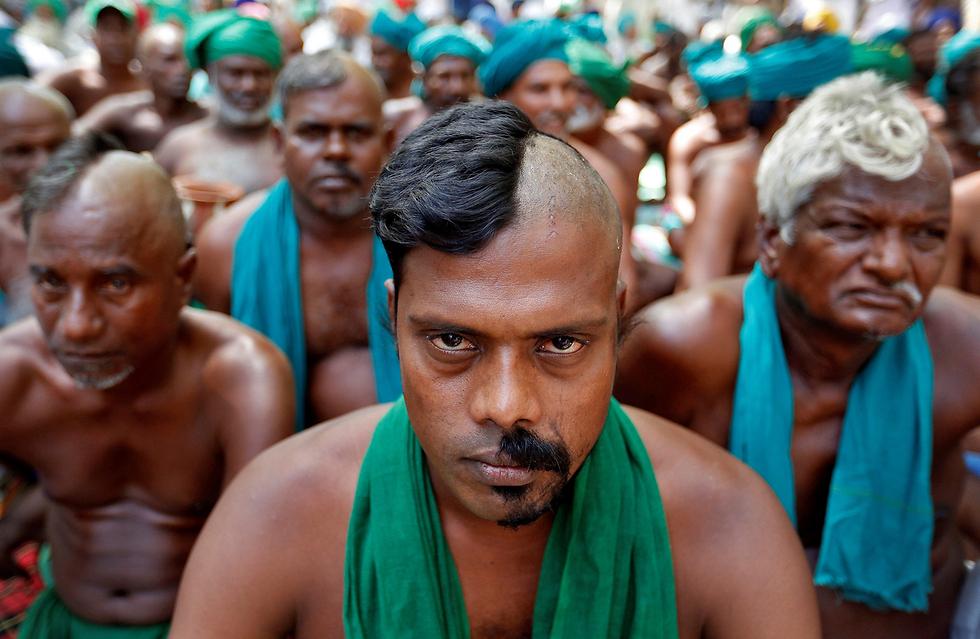 חקלאים ממדינת טאמיל נאדו שבדרום הודו מפגינים בניו דלהי בדרישה מהממשלה להעביר להם סיוע כלכלי בעקבות הבצורת באזור מגוריהם (צילום: רויטרס)