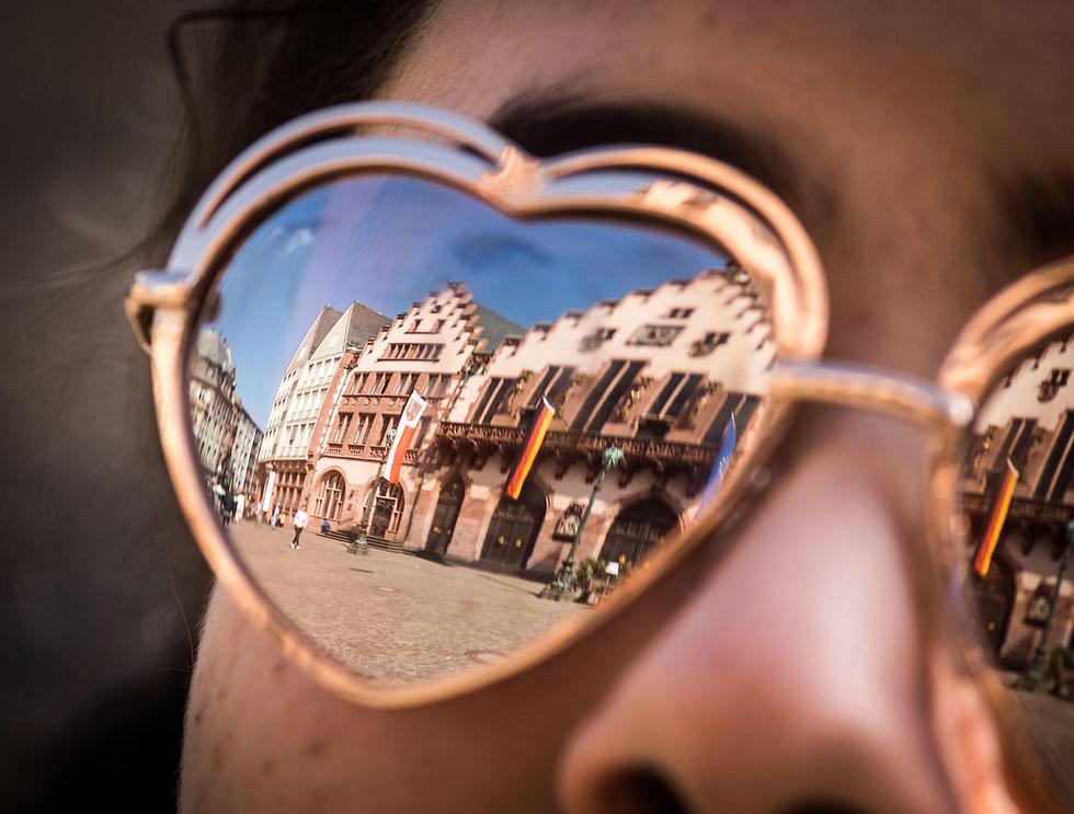 בניין העירייה ההיסטורי של פרנקפורט משתקף במשקפי השמש של תיירת מתוניסיה (צילום: AFP)