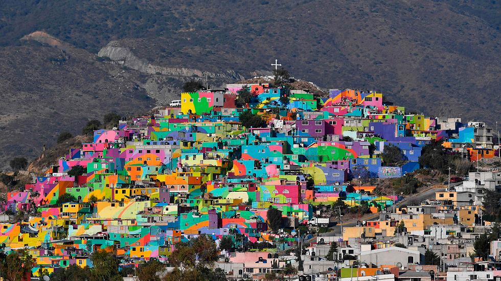 הרשויות במכסיקו רצו לעודד את הצעירים בשכונת העוני לאס פאלמיטס שבעיר פאצ'וקה להתרחק מהאלימות והפשיעה והציעו להם ולאמנים מקומיים לצבוע את בתי השכונה בשלל צבעים. זה מה שיצא (צילום: AFP)