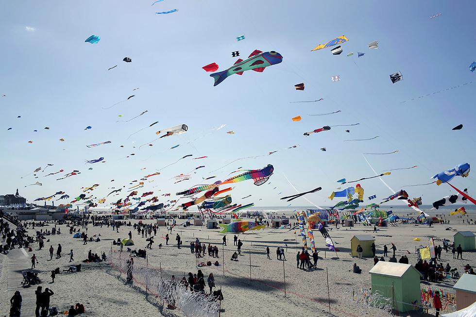 פסטיבל עפיפונים בינלאומי בעיר ברק שבצפון צרפת. זו הפעם ה-13 שהפסטיבל נערך בעיר הצרפתית והוא נמשך עשרה ימים (צילום: AP)
