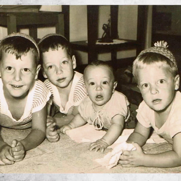 האחים בילדותם
