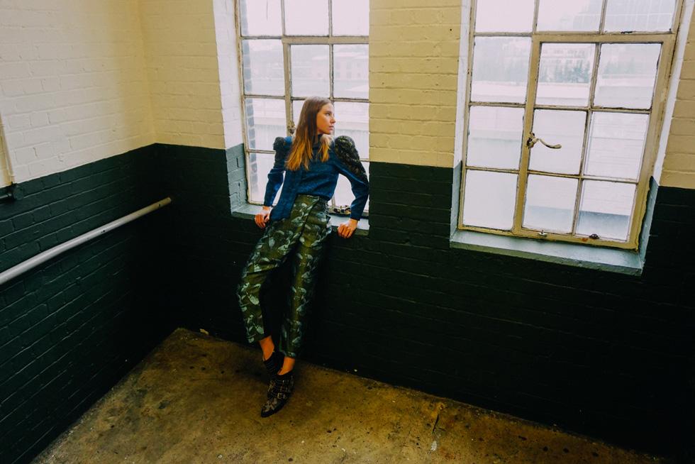 """נסטיה ליסנסקי. חולצה: בוטיק זאזא (שינקין 12, ת""""א), מכנסיים: משוק הפשפשים בפריז, נעליים: קלואה (צילום: אלון שפרנסקי)"""