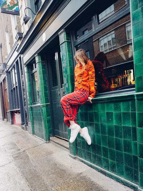 """סוודר: Chelsy True Closet (מקווה ישראל 22 ,ת""""א), מכנסיים: וינטג׳ משוק בניו יורק, נעליים: נייקי  (צילום: אלון שפרנסקי)"""