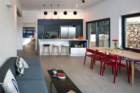 קשר עין בין הסלון לחדר המשפחה/עבודה (צילום: עוזי פורת)