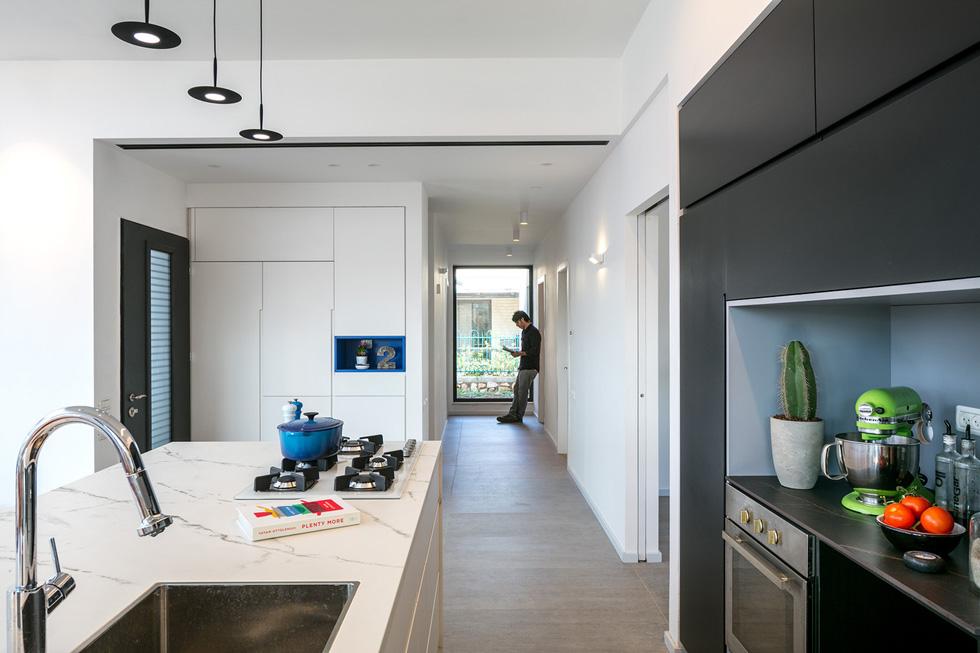 מבט מהמטבח אל המסדרון. בסופו תוכנן חלון גדול, ששופך פנימה אור טבעי, וממסגר תמונת נוף. הגינה שתישתל בקרוב תתוכנן בהתאם (צילום: עוזי פורת)