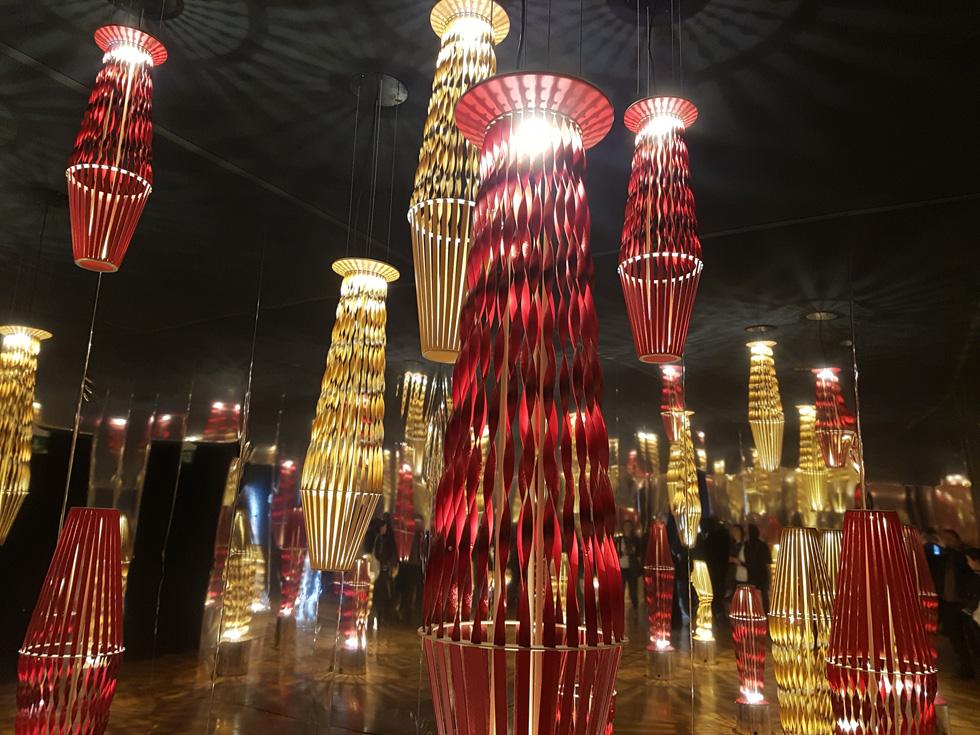 """גופי תאורה של הסטודיו השווייצרי Atalier Oi הציפו את אחד החדרים האפלוליים בארמון  (צילום: איתי כ""""ץ)"""