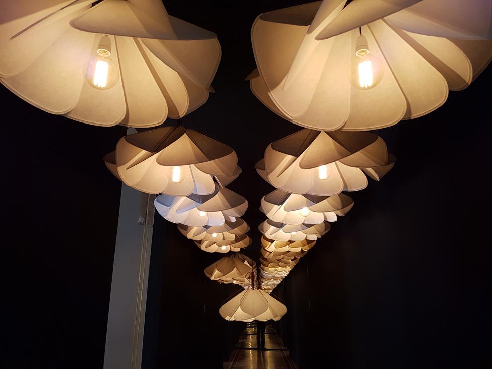 """מאותה סדרה של Raw Edges, גם מנורות הקונצרטינה שנתלו באחד המסדרונות החשוכים בתערוכה (צילום: איתי כ""""ץ)"""