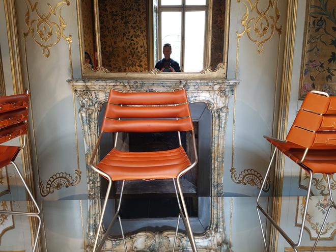 """עור ופליז. כיסאות של Atalier Oi (צילום: איתי כ""""ץ)"""