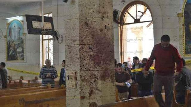 דם על הקירות בתוך הכנסייה בעיר טנטא ()