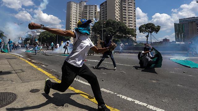 התפרעויות ברחובות ונצואלה (צילום: EPA) (צילום: EPA)