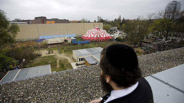 Teichtal looks out over Chabad's kindergarten  (Photo: AP)