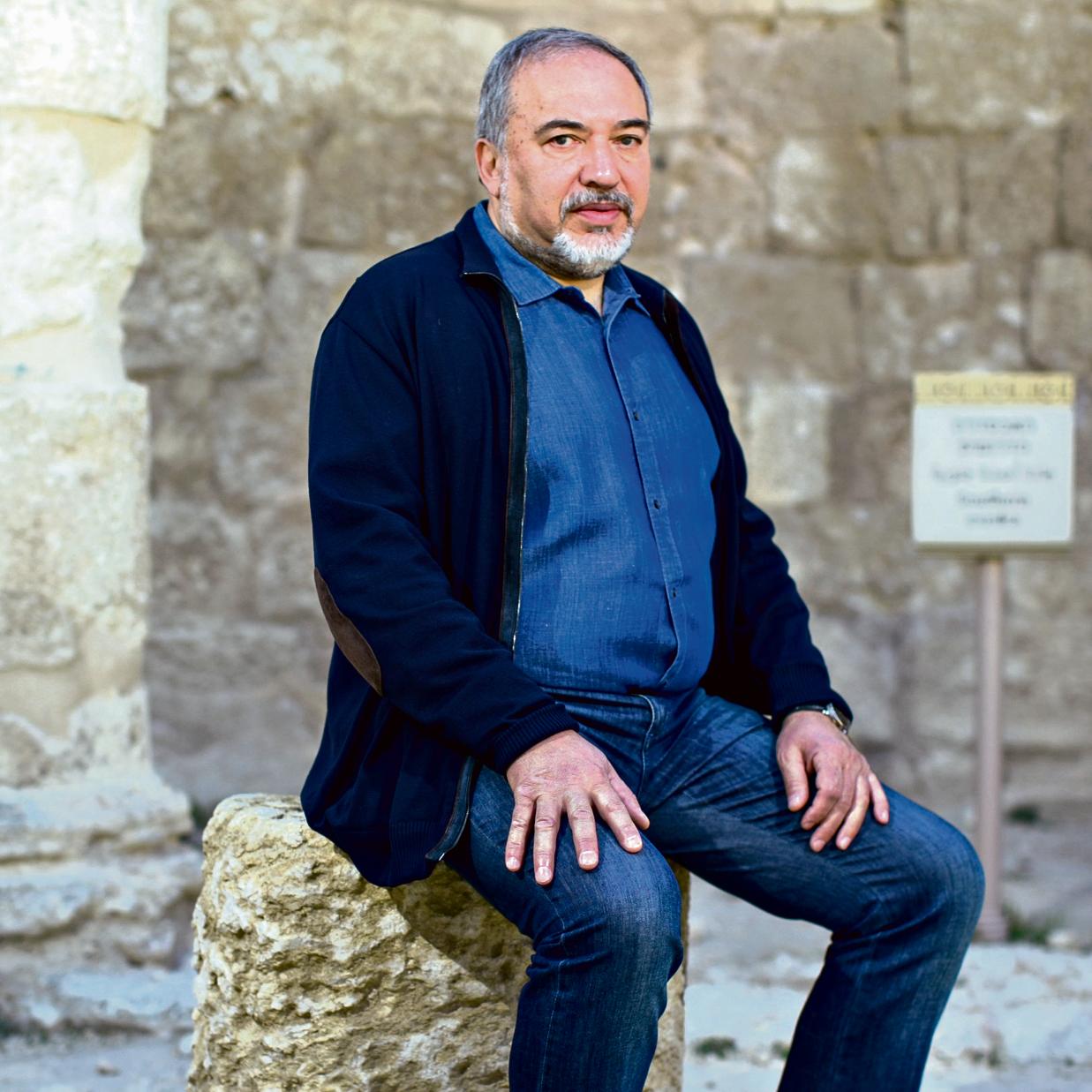 """""""כמעט כל שבוע נפגש עם פלסטינים כאלה ואחרים"""" .שר הביטחון אביגדור ליברמן"""