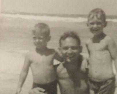 ארי אלון עם אביו ואחיו