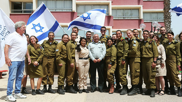 Eisenkot with the lone soldiers (Photo: Gil Nechushtan)