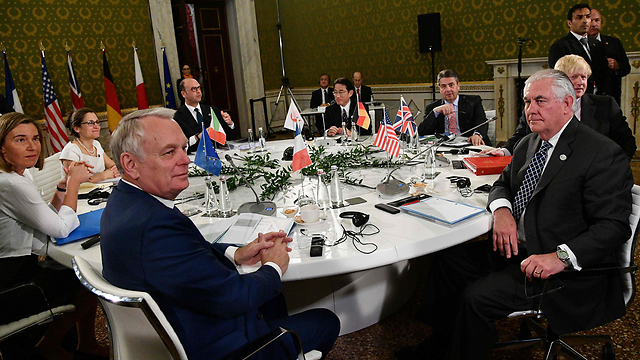 Tillerson (R) at G7 meeting (Photo: AFP)
