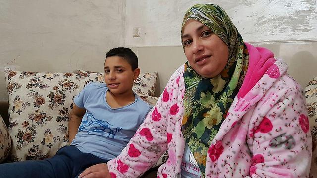 מוחמד עמאש ואמו ויסאם. בן דודו שנפצע מירי עדיין במצב קשה