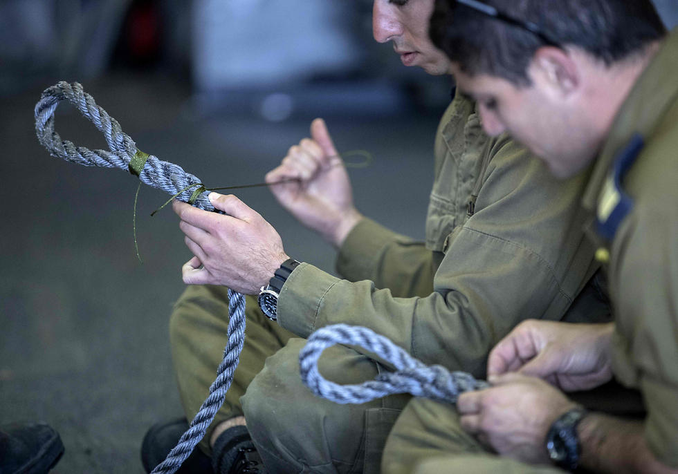 Officers onboard the INS Hanit practice new rope-nodes during the Novel Dina 17 training session in the Mediterranean Sea on April 5, 2017. (Photo: AFP)