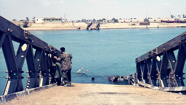 """גשר מצרי בתעלת סואץ שהופצץ ע""""י מטוסי חיל האוויר באזור איסמאעיליה (צילום: צבי מימון)"""