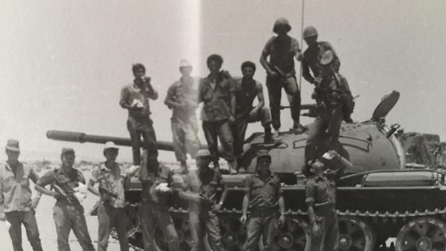מצטלמים על טנק T-34 שנפגע (צילום: עמנואל שטרית)