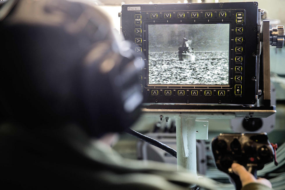 An Israeli sailor onboard the INS Hanit uses a video system called POP to identify ships and airplanes in the distances of several kilometers. (Photo: AFP)