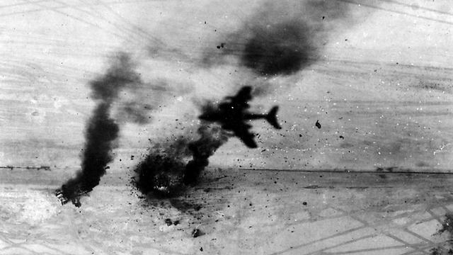 """מבצע """"מוקד"""" להשמדת חיל האוויר המצרי בבוקר הראשון למלחמה (צילום: אריה יעקבי)"""