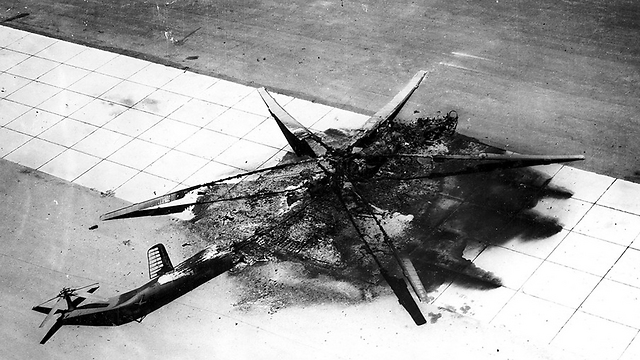 מסוק MI-6 מצרי ספג פגיעה ישירה על המסלול (צילום: אריה יעקבי)
