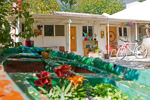 בחצר העמיד סירה ישנה, שאותה מילא באדמה ופרחים עונתיים (צילום: שירן כרמל)