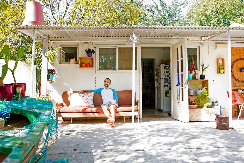 במרפסת. מבחוץ הבית לבן, כמעט לא שונה במראהו מכפי שהיה בשנות ה-50 (צילום: שירן כרמל)