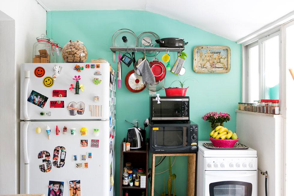 למרות האמצעים המוגבלים, בחירת הצבעים וצירוף הפריטים הופכים את הבית למתוק ושמח (צילום: שירן כרמל)
