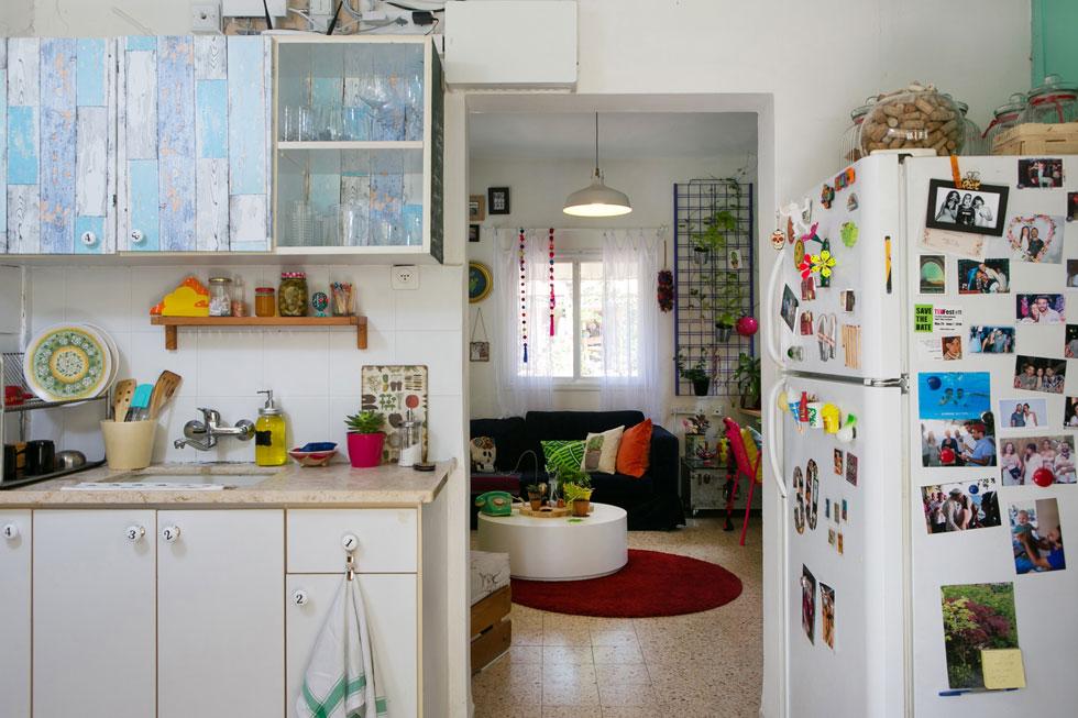 המטבח. מטעמי תקציב ותפיסת עולם אין בדירה רהיטי מעצבים או מערכות מותאמות. הרהיטים לוקטו במשך השנים, בקיבוץ ובהפקות (צילום: שירן כרמל)