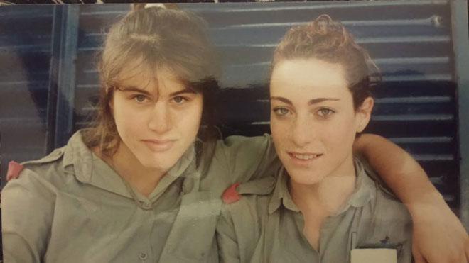 """סיגל עברי (מימין) בצבא. """"שובבה, חולמנית וחברותית"""" (צילום: מתוך אלבום פרטי)"""