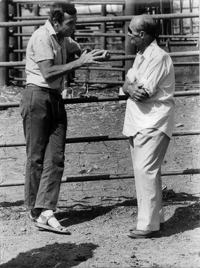 """מאיר הר ציון (משמאל) עם משה דיין. """"היינו קרובים ודיברנו יחד שעות רבות"""" (צילום: מתוך אלבום פרטי)"""