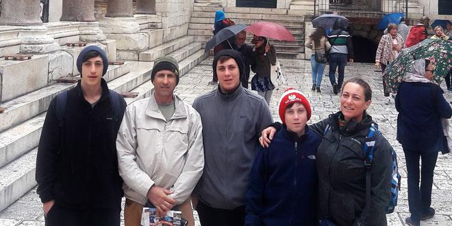 """סיגל (מימין) עם הבעל משה (שני משמאל) ושלושת הבנים. """"אני מקווה שיגיע היום שבו הם יבינו"""" (צילום: מתוך אלבום פרטי)"""